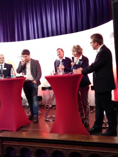 Andrea Bogner-Unden (2. von rechts) auf dem Podium
