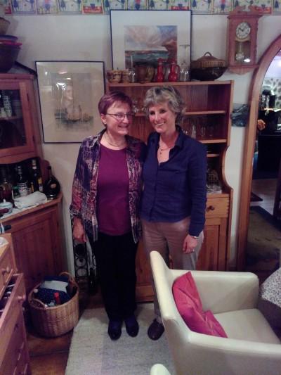 Andrea Bogner-Unden (rechts) mit der Grünen Kreisrätin Erika Rimmele-Laux auf der Wahlparty