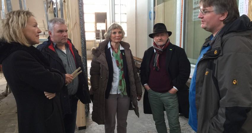 Sylvia Kotting-Uhl (links) und Andrea Bogner-Unden (Mitte) bei der Firma Holzbau Braun