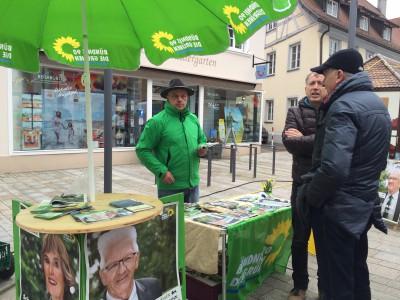 Vorstandsmitglied Gerold Schellinger am Wahlkampfstand in Mengen am Tag vor der Wahl