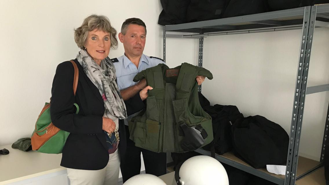 MdL Bogner-Unden spricht mit Polizeihauptkommissar  Neuburger in Sigmaringen