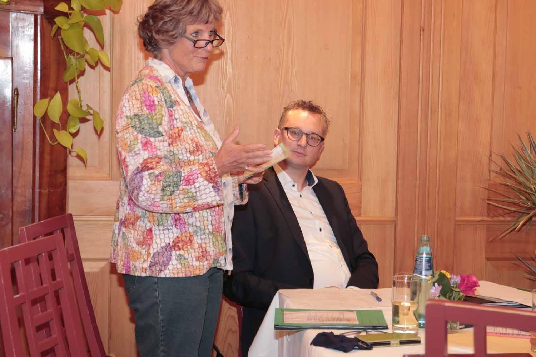 Fraktionsvorsitzender Andreas Schwarz im Austausch mit den kommunalen VertreterInnen